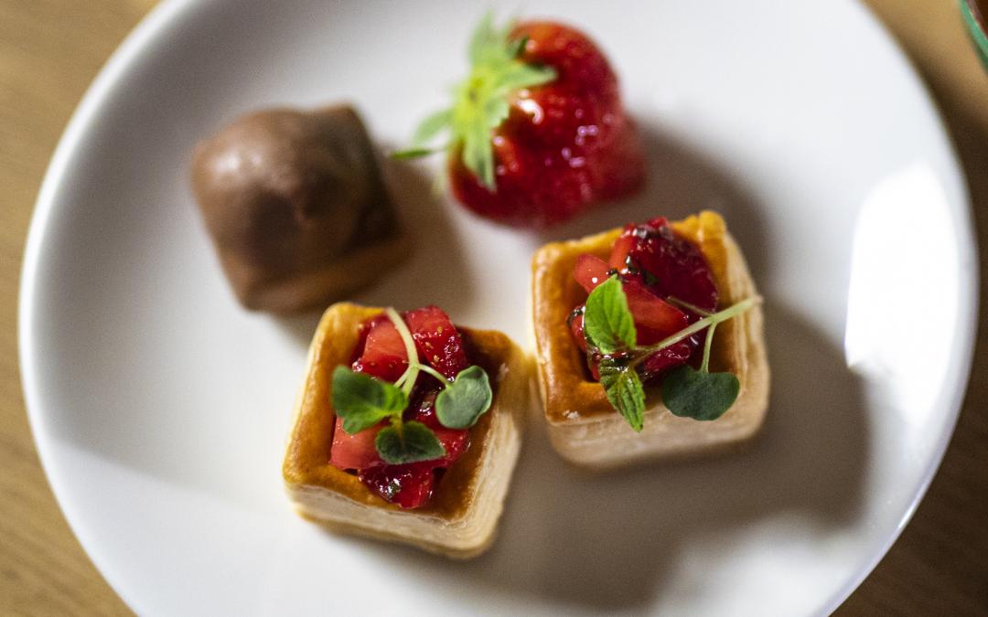 Mini Pasteitjes met gele room & aardbeien